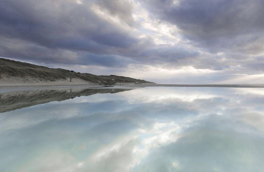 Reflectie en patronen op het strand