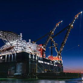 Sleipnir het grootste kraanschip van de wereld  In Rotterdam bij zonsondergang van Erik van 't Hof