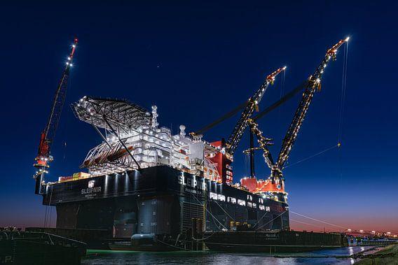 Sleipnir het grootste kraanschip van de wereld  In Rotterdam bij zonsondergang