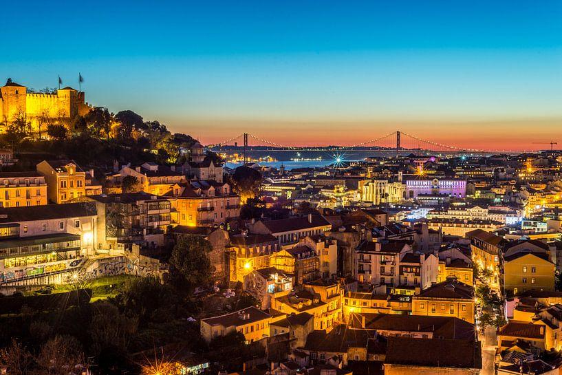 Avond over Lissabon van Bert Beckers
