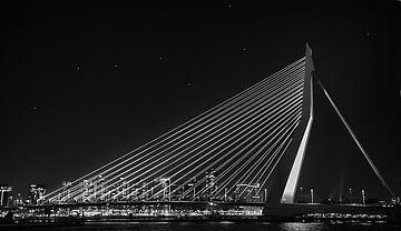 Erasmusbrug Rotterdam Zwart / Wit bij Nacht. van Brian Morgan