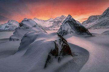 Magische zonsopkomst Lofoten van Peter Poppe