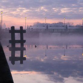 een mistige ochtend aan de oude sluizen in Menen, Belgie van Krist Hooghe