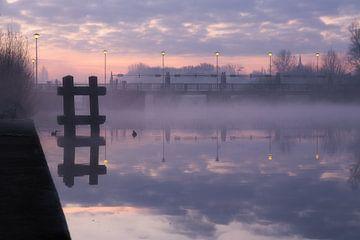 un matin brumeux dans les vieilles écluses à Menen, Belgique