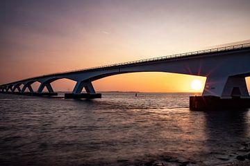 Die Zeelandbrug, Zeeland (Niederlande) bei Sonnenaufgang. von Gert Hilbink