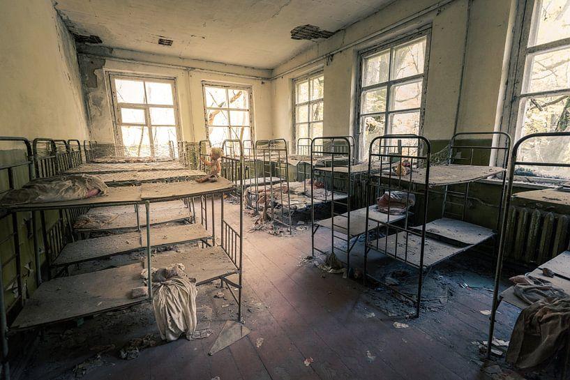 Schlafsaal mit Hochbetten in verlassenem Kindergarten von Tschernobyl von Robert Ruidl