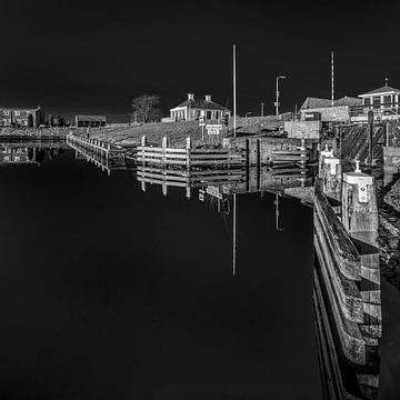 Hafeneinfahrt der friesischen Stadt Workum in schwarz/weiß von Harrie Muis