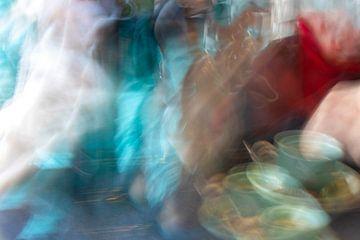 Abstract beeld van koffiedrinkers van Marianne van der Zee