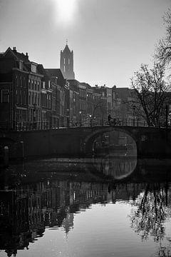 Tegenlicht in Utrecht: De Zandbrug, Oudegracht en de Domtoren bij tegenlicht in zwart-wit van De Utrechtse Grachten