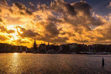 Montelbaanstoren en Amsterdam tijdens de zonsondergang van Bart Ros