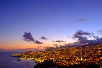 Avondzicht over Funchal, hoofdstad van het eiland Madeira van Sjoerd van der Wal