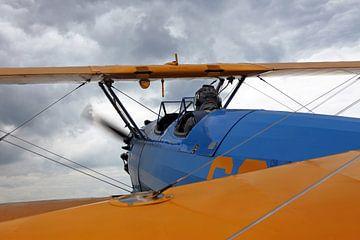Historisch tweedekker vliegtuig tijdens de vlucht van Frank Herrmann