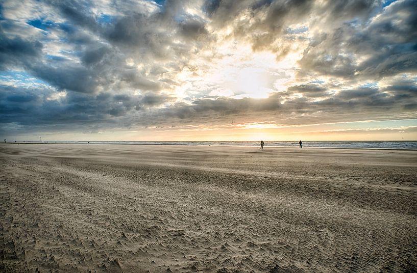 Strand Bredene met zon en twee personen van Focco van Eek
