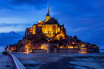 mont saint-michel during the blue hour sur John Ouds