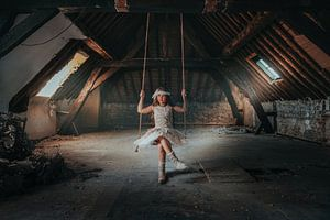 Mädchen auf dem Dachboden von Nick Weijsters