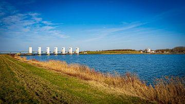 Sommerlandschaft mit den Schleusen von Lelystad am Horizont von Erwin Floor