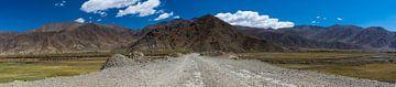 Dirt Straße in die Berge, Tibet von Rietje Bulthuis