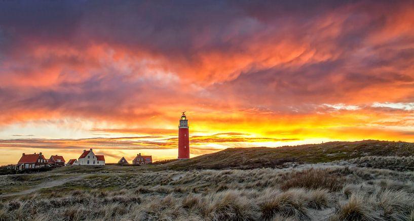 Vuurtoren van Texel tijdens een schitterende zonsondergang / Texel Lighthouse during a stunning suns van Justin Sinner Pictures ( Fotograaf op Texel)
