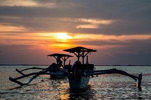 Traditionele Balinese boten (Jukung) bij zonsondergang