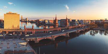 Berlin Oberbaumbrücke Panorama im Abendlicht von Jean Claude Castor