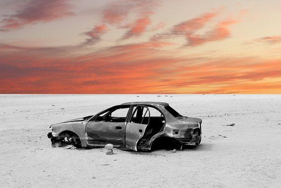 Oude auto bij zonsondergang