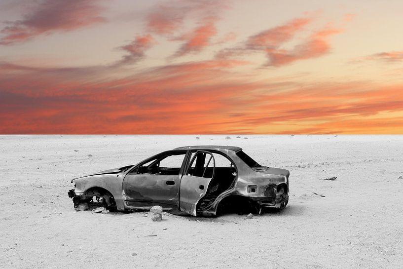 Oude auto bij zonsondergang van Inge Hogenbijl