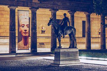 Museumsinsel Berlin – Kolonnadenhof bei Nacht von Alexander Voss