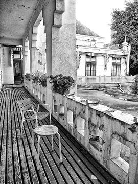 Een balkon van het Prinsengracht Ziekenhuis in Amsterdam. van Don Fonzarelli