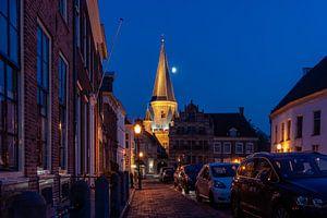 Middeleeuwse toren en stadspoort in stadscentrum van Zutphen  met blauwe lucht en maan