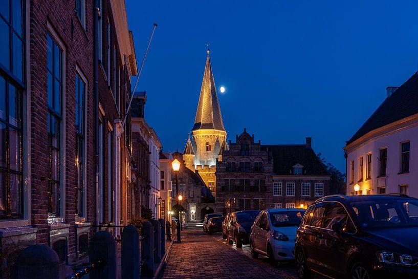 Middeleeuwse toren en stadspoort in stadscentrum van Zutphen  met blauwe lucht en maan van Fotografiecor .nl