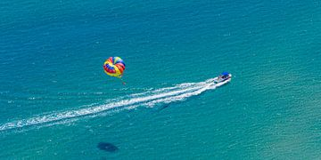 Parasailing op het eiland Rhodos van Werner Dieterich