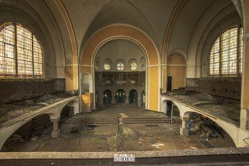 Binnenkomsthal van een kerk. van Het Onbekende