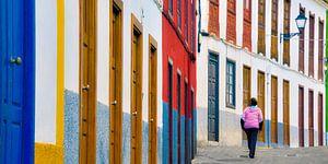 Kleurrijk straatje in het kustplaatsje Agulo op het Spaans Canarische eiland La Gomera
