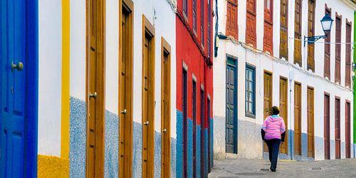 Kleurrijk straatje in het kustplaatsje Agulo op het Spaans Canarische eiland La Gomera van Harrie Muis