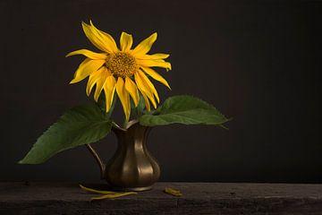 Stilleven met een zonnebloem van Elles Rijsdijk