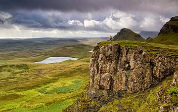 Wandelen in de groene Schotse bergen, Quiraing, Isle of Skye, Schotland van Sebastian Rollé - travel, nature & landscape photography