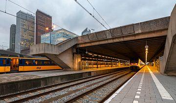 Treinstation Den Haag met spoor en hoogbouw