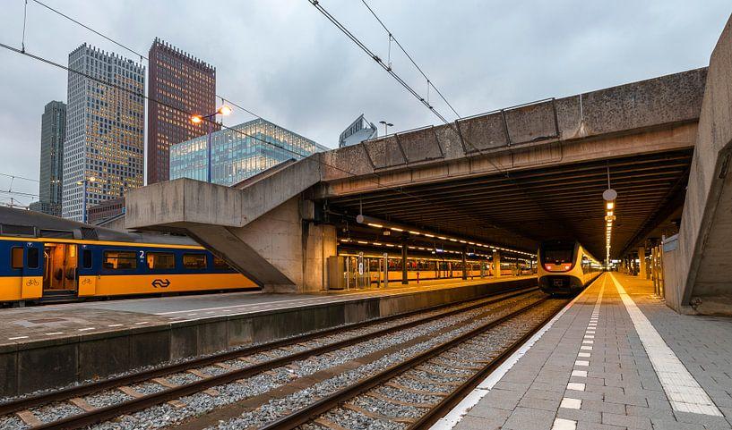 Treinstation Den Haag met spoor en hoogbouw von Rob IJsselstein
