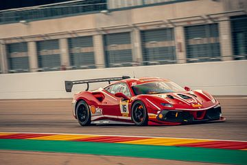 Ferrari 488 Challenge Evo met rood gloeiende remmen van Ansho Bijlmakers