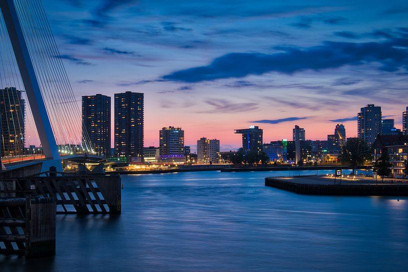 Avond skyline foto vanaf Wilhelminaplein in Rotterdam van Mark De Rooij