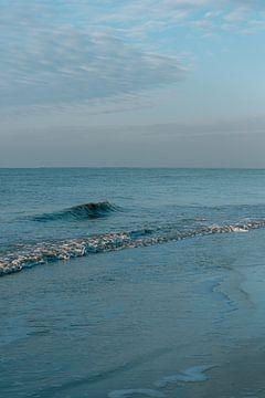 De stille zee van Zandvoort met een kleine golf    Noord-holland kustlijn van Manon Galama