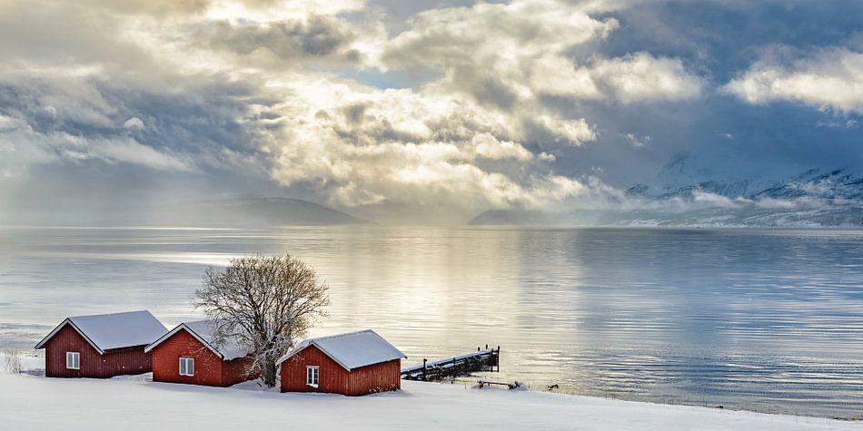 Typische Noorse vissershutjes aan de oever van het Malangen Fjord