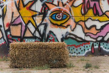 Strobaal bij graffitimuur van Ans Bastiaanssen