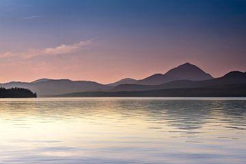 Zonsondergang boven een meer in British Columbia, Canada van Rietje Bulthuis