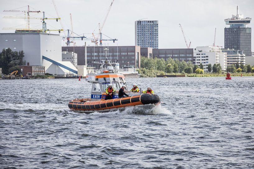 KNRM Amsterdam in actie op het IJ van denk web
