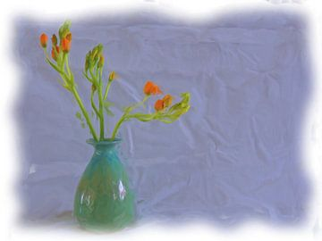 Stilleven oranje bloemen in blauwe vaas van Maurice Dawson