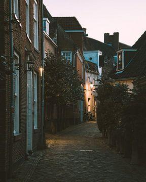 Rue dans les Wall Houses d'Amersfoort en début de soirée sur Michiel Dros