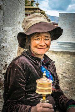 Tibetaanse vrouw met draaiende gebedsmolen, portret van Rietje Bulthuis