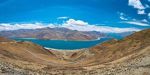 Weg door de bergen langs het Yamdrok meer, Tibet van