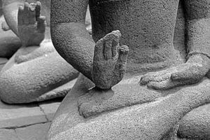 handen van een boeddha op Java van laura van klooster
